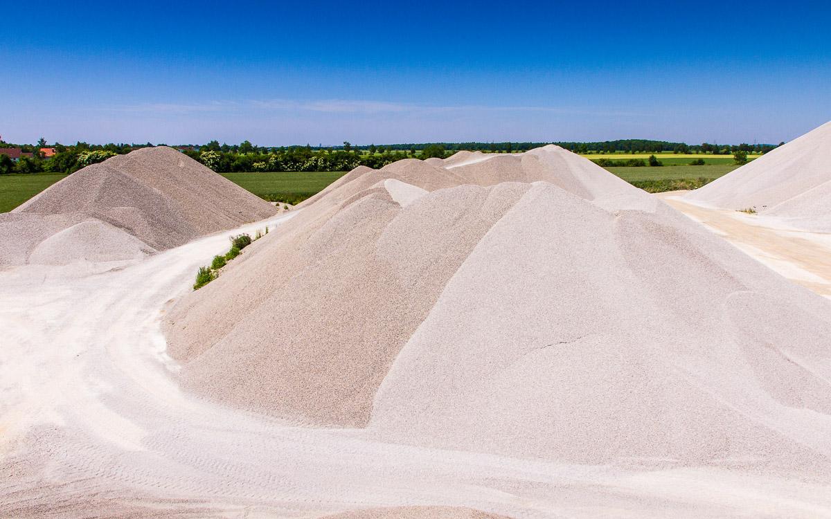 Halde mit Splitt, Sand und Riesel.